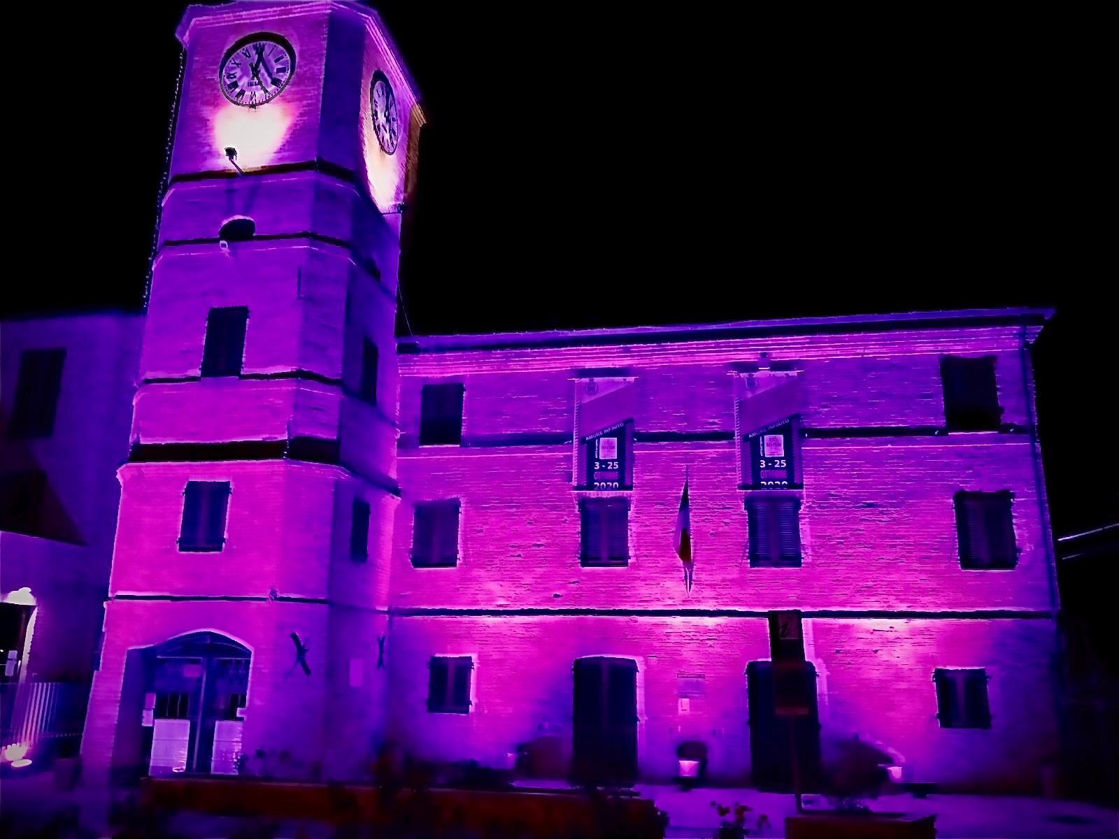 Torre dell'orologio di Porto Sant'Elpidio, Marche, illuminata di rosa per il Giro d'Italia 2020