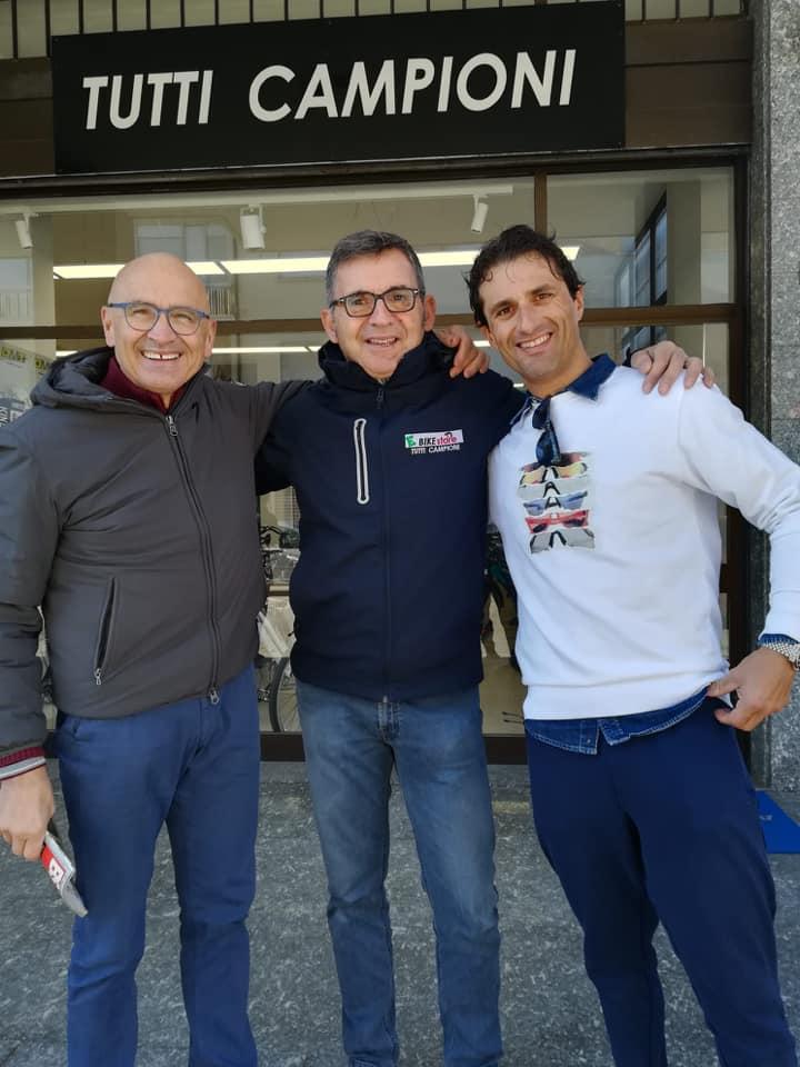 Santoni (al centro) con gli ex prof Baronchelli (sx) e Bennati (dx)